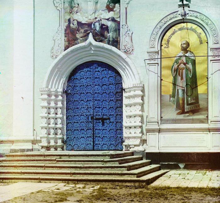 Врата с южной стороны Спасо-Преображенского собора в Твери.