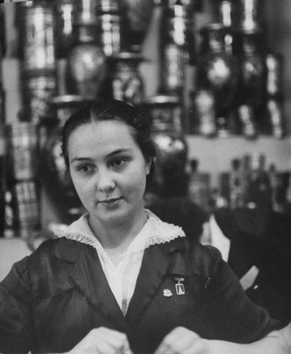 Девушка, работающая в универмаге продавщице. СССР, Москва, 1956 год.