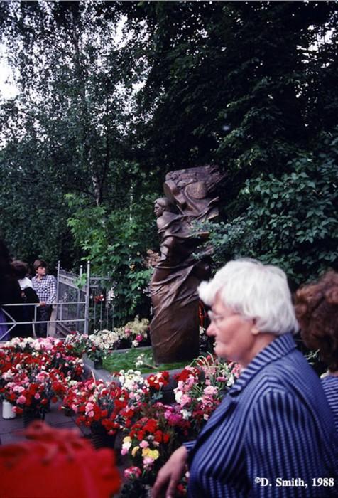 Туристы на могиле Владимира Высоцкого на Ваганьковском кладбище. СССР, Москва, 1988 год.