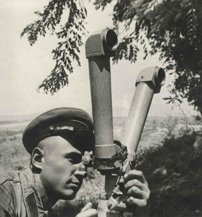 Пограничник смотрящий в бинокль на заставе. 1930 год. Фото: Max Penson.
