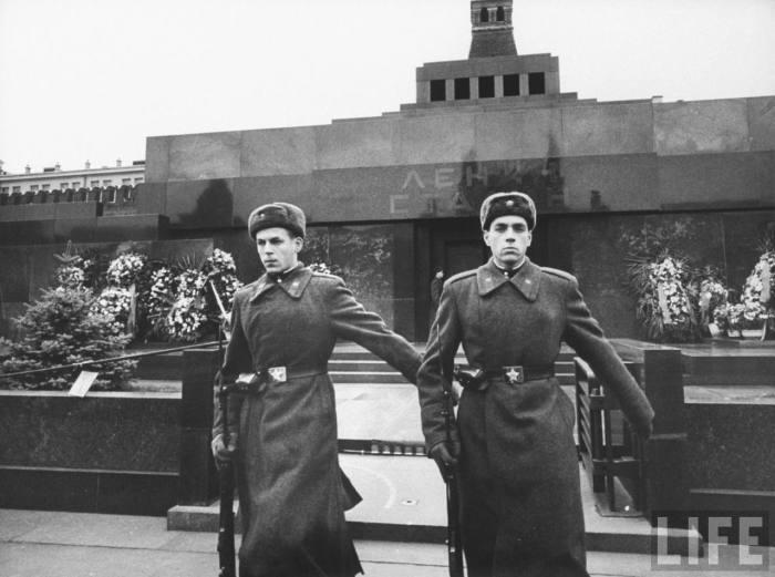 Почетный караул у мавзолея Ленина-Сталина. СССР, Москва, 1961 год.