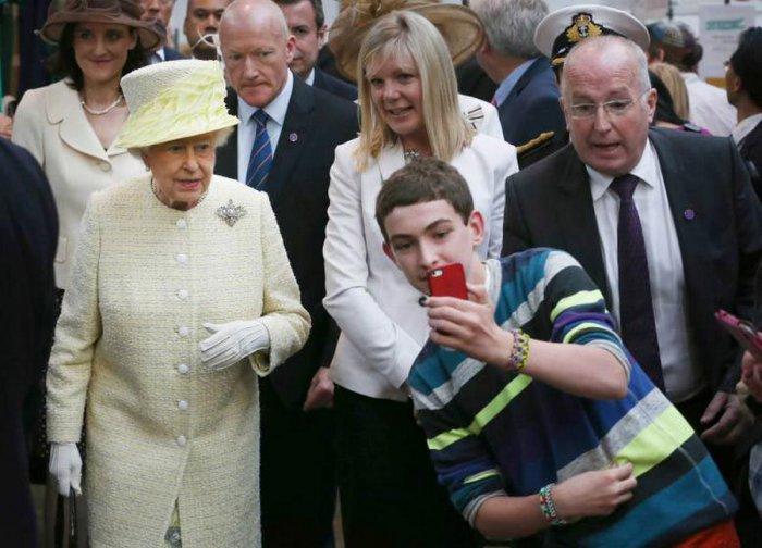 Мальчик делающий селфи с королевой Елизаветой II во время её визита в Северную Ирландию.