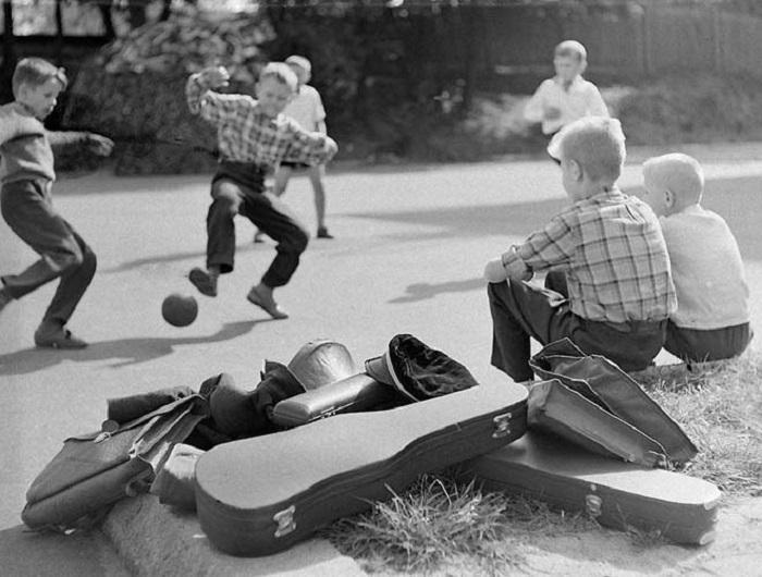 Учащиеся Вильнюсской школы искусств играют в футбол после занятий в 1964 году.