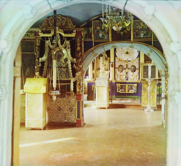 Иконостас церкви Тихвинской Божией матери.