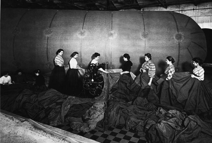 Изготовление аэростата в одном из цехов завода Треугольник. Россия, 1910 год.