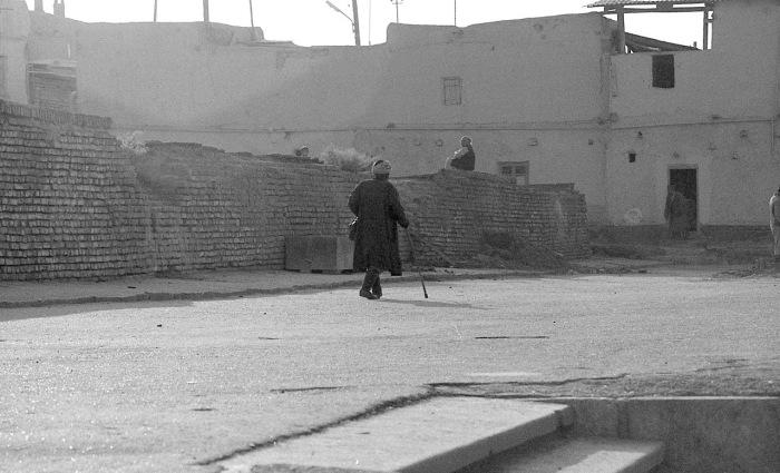 Мужчина с тростью идущий по улице. СССР, Узбекистан, Бухара, 1984 год.