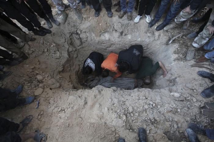 Боевики Свободной Сирийской армии хоронят своего погибшего товарища.