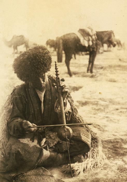 Музыкант играющий на гиджаке.