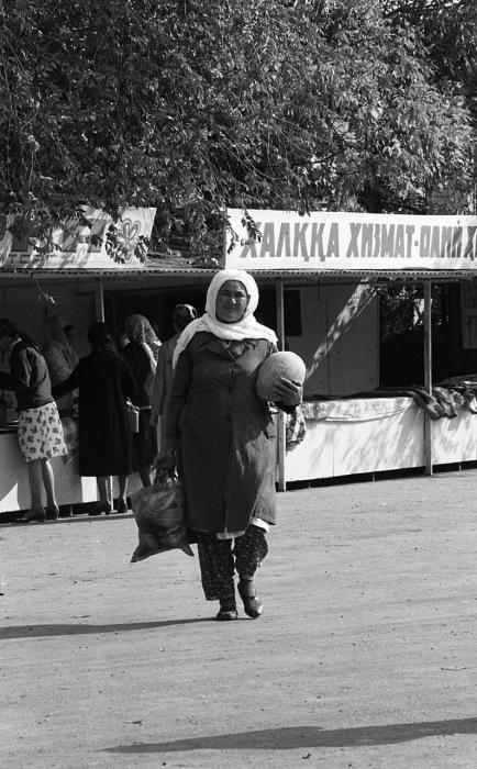 Пожилая женщина, несущая домой дыню. СССР, Узбекистан, Самарканд, 1984 год.