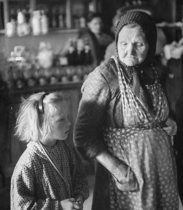 Старушка с маленькой девочкой в магазине. СССР, Москва, 1956 год.