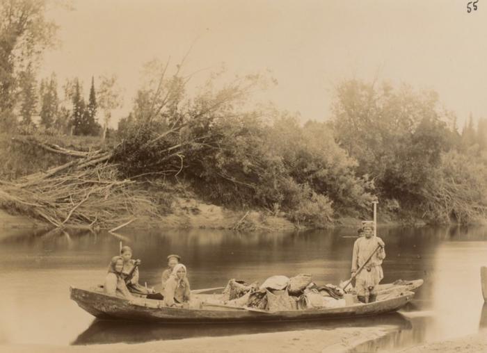 Местные жители, плывущие по реке.