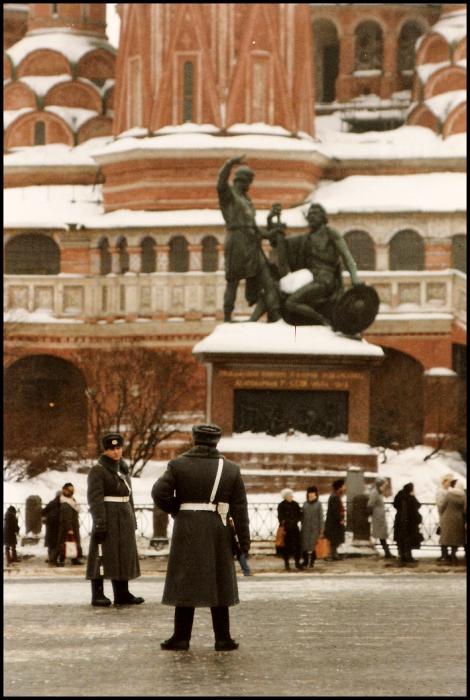 Милиционеры у памятника Минину и Пожарскому. СССР, Москва, 1985 год.