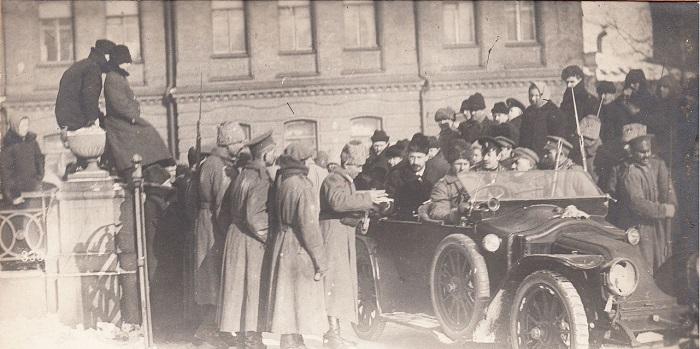 Предъявление пропуска и осмотр автомобиля при въезде в Таврический дворец. Петроград, 1917 год.