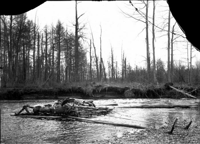 Плот на плаву. Камчатский край, начало 20 века.