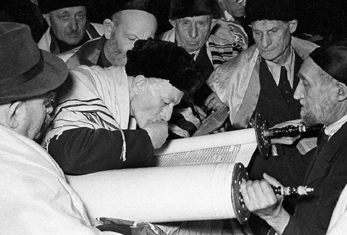 Чтение Торы в московской синагоге в 1956 году.