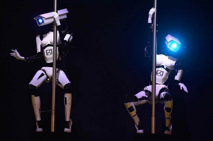 Роботы танцующие на технологическом стенде компании Tobit Software в Германии.