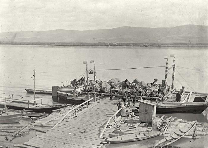 Несамоходное грузовое судно с малой осадкой на Енисее.