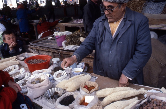 Мужчина, торгующий специями на рынке. СССР, Узбекистан, Бухара, 1984 год.