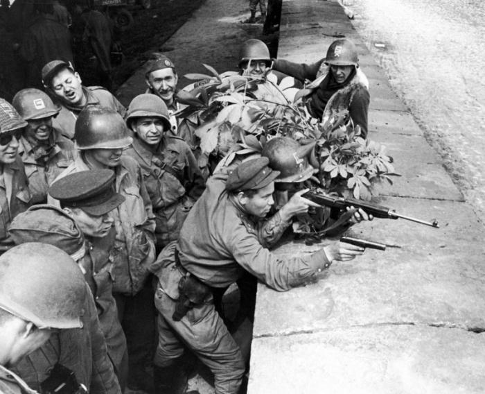 Бойцы 58-й гвардейской стрелковой дивизии позируют с американскими солдатами 69-й пехотной дивизии. 1945 год.