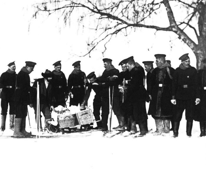 Солдаты лейб-гвардии Финляндского полка на учениях. Россия, 1907 год.