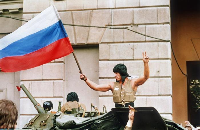 Солдат машет российским флагом на танке 21 августа 1991 года.