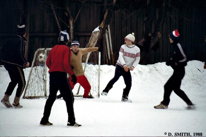 Игра в футбол зимой на открытом воздухе.