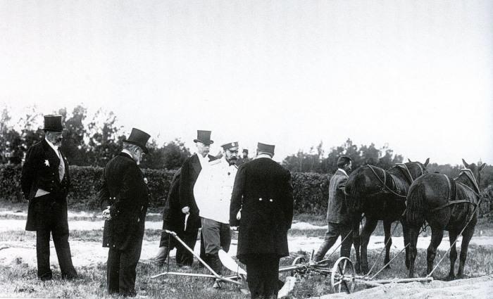 Испытание плуга в присутствии Императора Николая II.