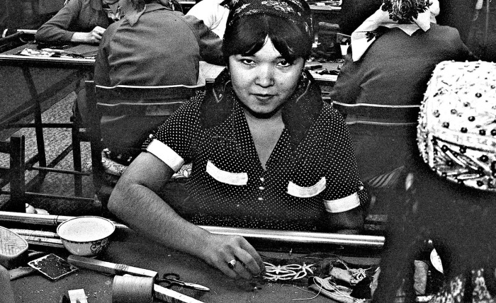 Работница текстильной фабрики. СССР, Узбекистан, Самарканд, 1984 год.