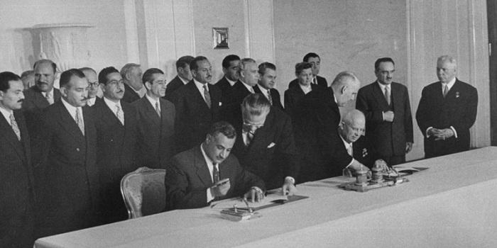 Момент подписания договора. СССР, Москва, 1958 год.