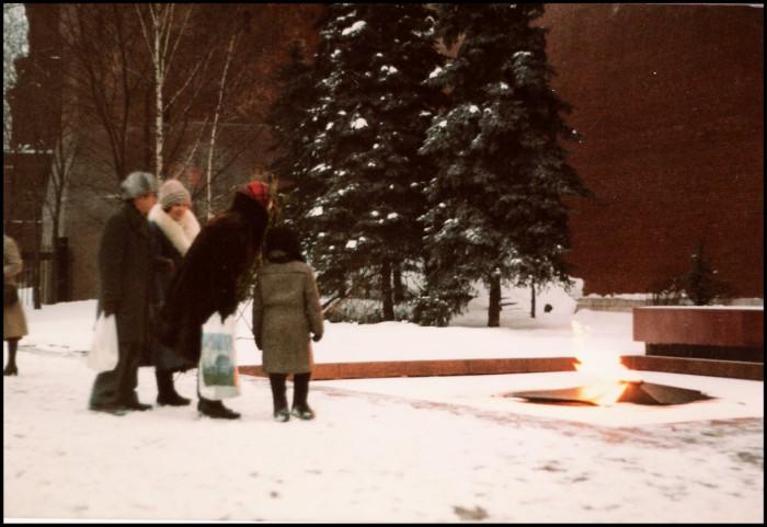 Туристы на Могиле Неизвестного солдата. СССР, Москва, 1985 год.