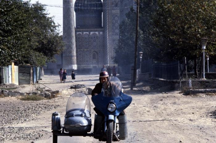 Движение на одной из городских улиц. СССР, Узбекистан, Самарканд, 1984 год.