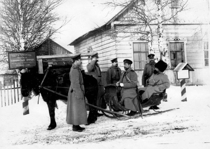 Встреча офицерами командира подразделения поста стражи. Россия, 1908 год.
