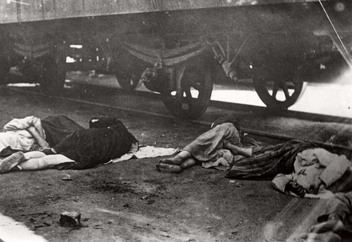 Погибшие от голода люди, разбросанные по земле возле железнодорожных путей. СССР, Поволжье, 1922 год.