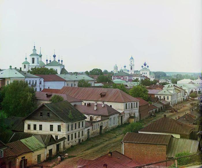 Панорама города с видом на церкви святого Георгия и Успения Пресвятой Богородицы.