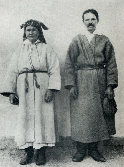 Женщина в белой и мужчина в серой свитах. Село Залисы, XX века.