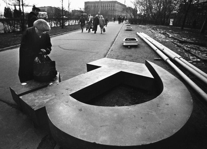 Незверженный советский символ «Серп и Молот» на московской улице в 1991 году.