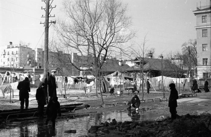 Дети, играющие возле большой лужи во дворе дома №1 по улице Фурманова. СССР, Ярославль, 1960-е годы.