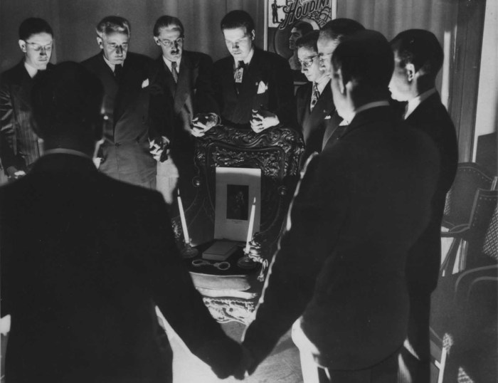 Спиритический сеанс на Хэллоуин в 1946 году в Детройте.