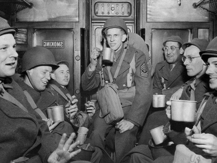 Группа солдат и офицеров в поезде, 15 марта 1944 года.
