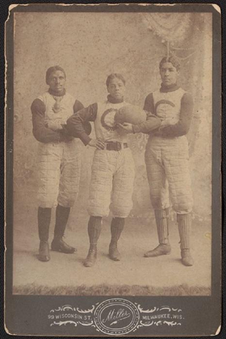 Три регбиста в спортивной форме.