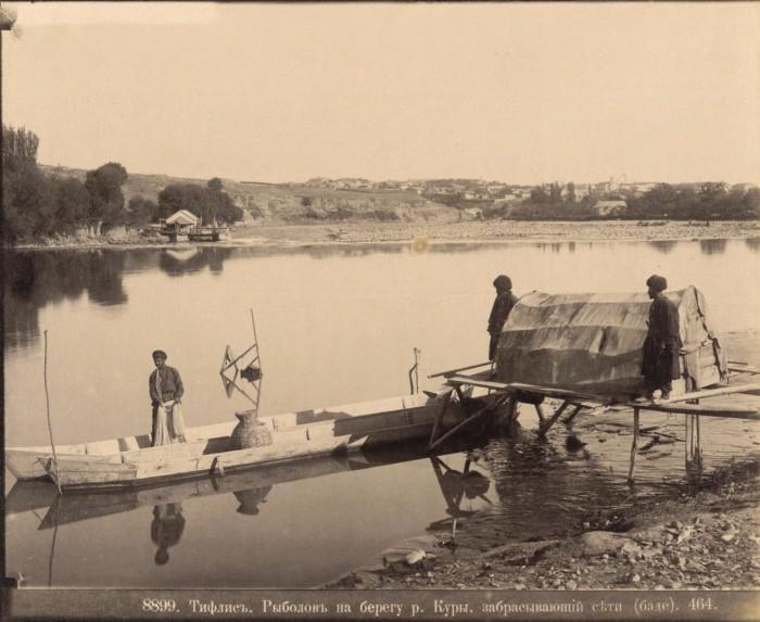 Рыболов на берегу реки Куры, забрасывающий сеть. Тифлис, 1890 год.