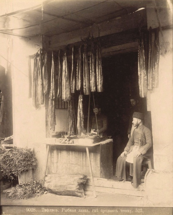 Рыбная лавка, где продают тешку. Тифлис, 1890 год.