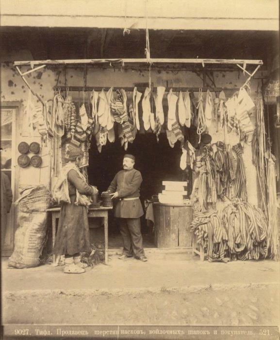 Продавец шерстяных носков, войлочных шапок и покупатель. Тифлис, 1890 год.