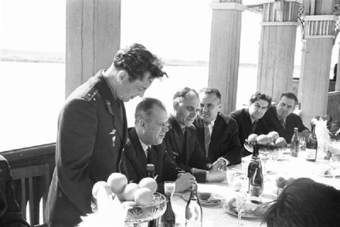 Титов выступает на встрече космонавтов с членами Государственной комиссии перед первым пилотируемым космическим полетом.
