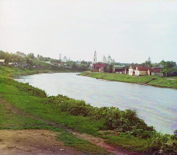 Берег реки Тверцы в городе Торжок.