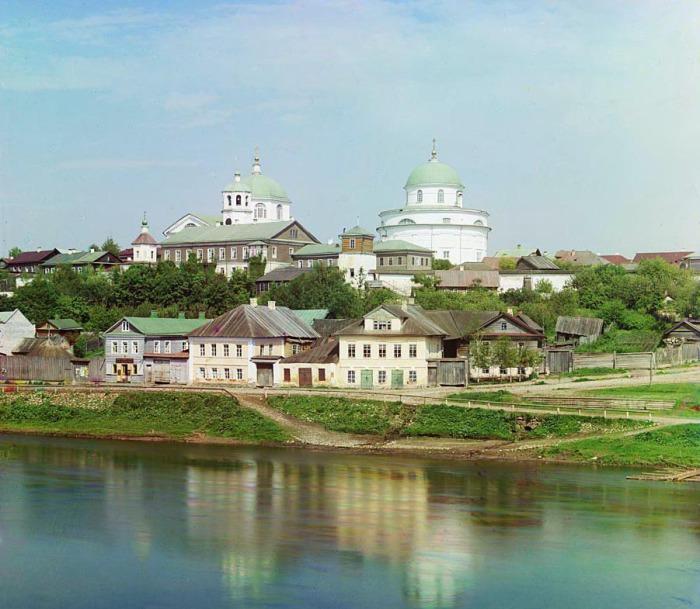 Панорама набережной Тверцы и Воскресенского монастыря.