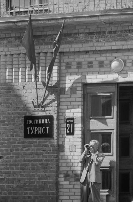 Турист фотографирующий улицу возле гостиницы Турист. СССР, Москва, 1961 год.