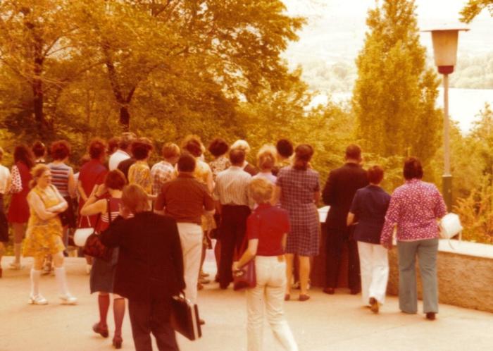 Группа туристов неподалеку от порта. СССР, Одесса, 1976 год.