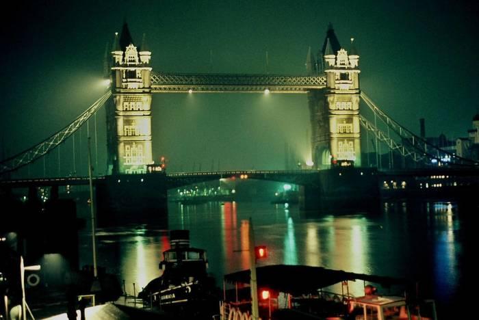 Разводной мост в центре Лондона над рекой Темзой.