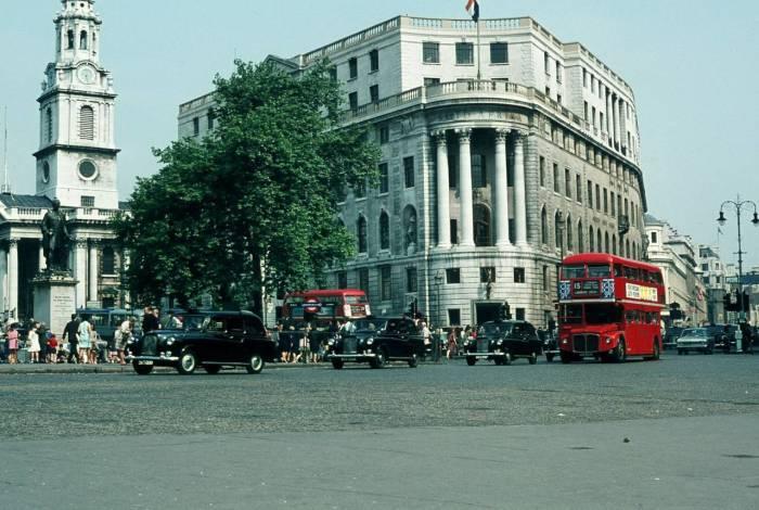 Двухэтажные автобусы едут на Трафальгарскую Площадь.